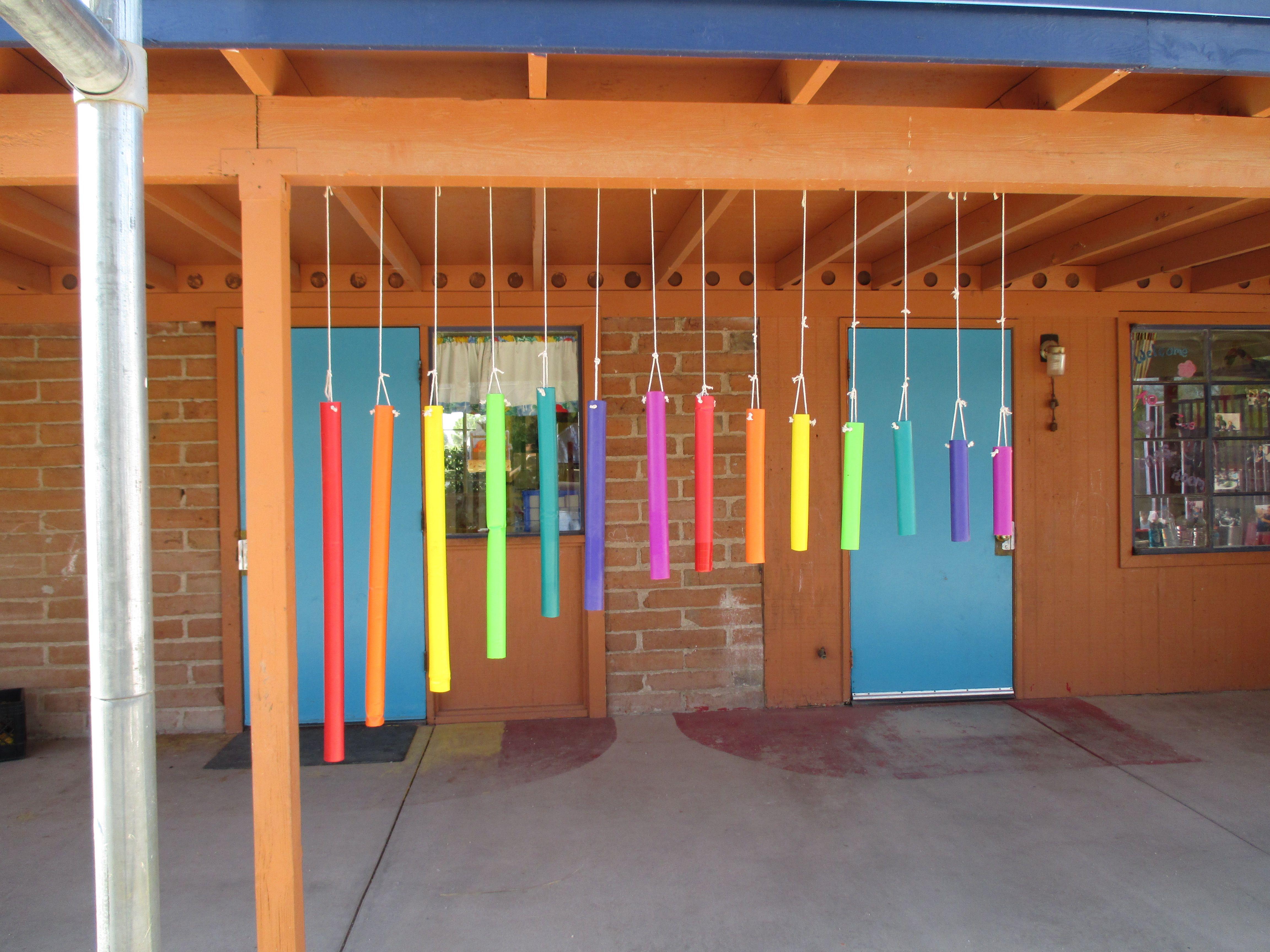 Con tubos de colores crea esta visual decoraci n en la for Escuela de decoracion