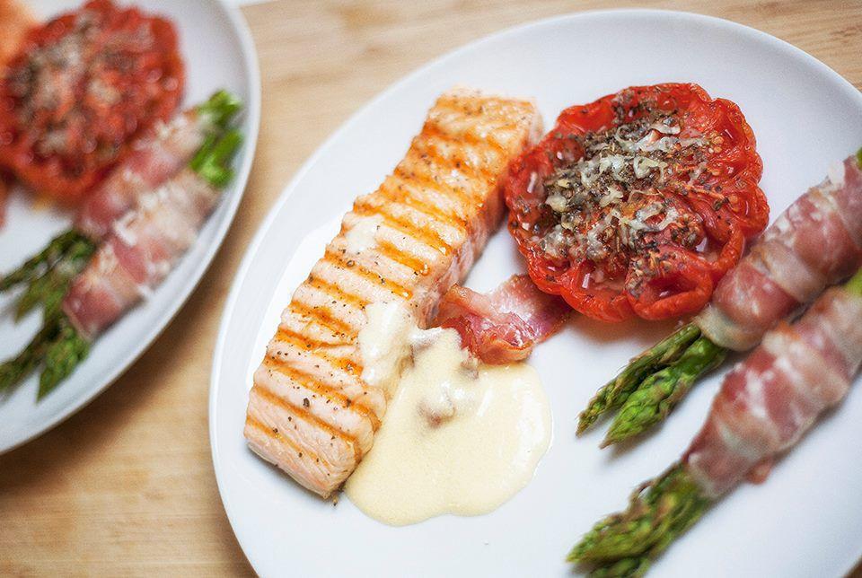Grillet laks med langtidsbagt bøftomat, nye grønne asparges i baconsvøb med lidt hjemmerørt hollandaisesauce