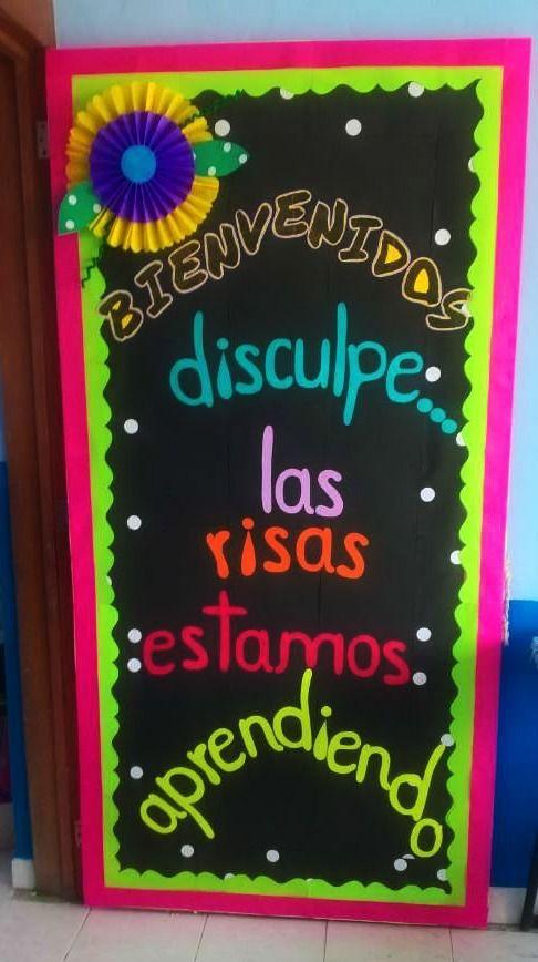 Puerta decorada de bienvenidos disculpe las risas estamos for Decoracion puerta aula infantil