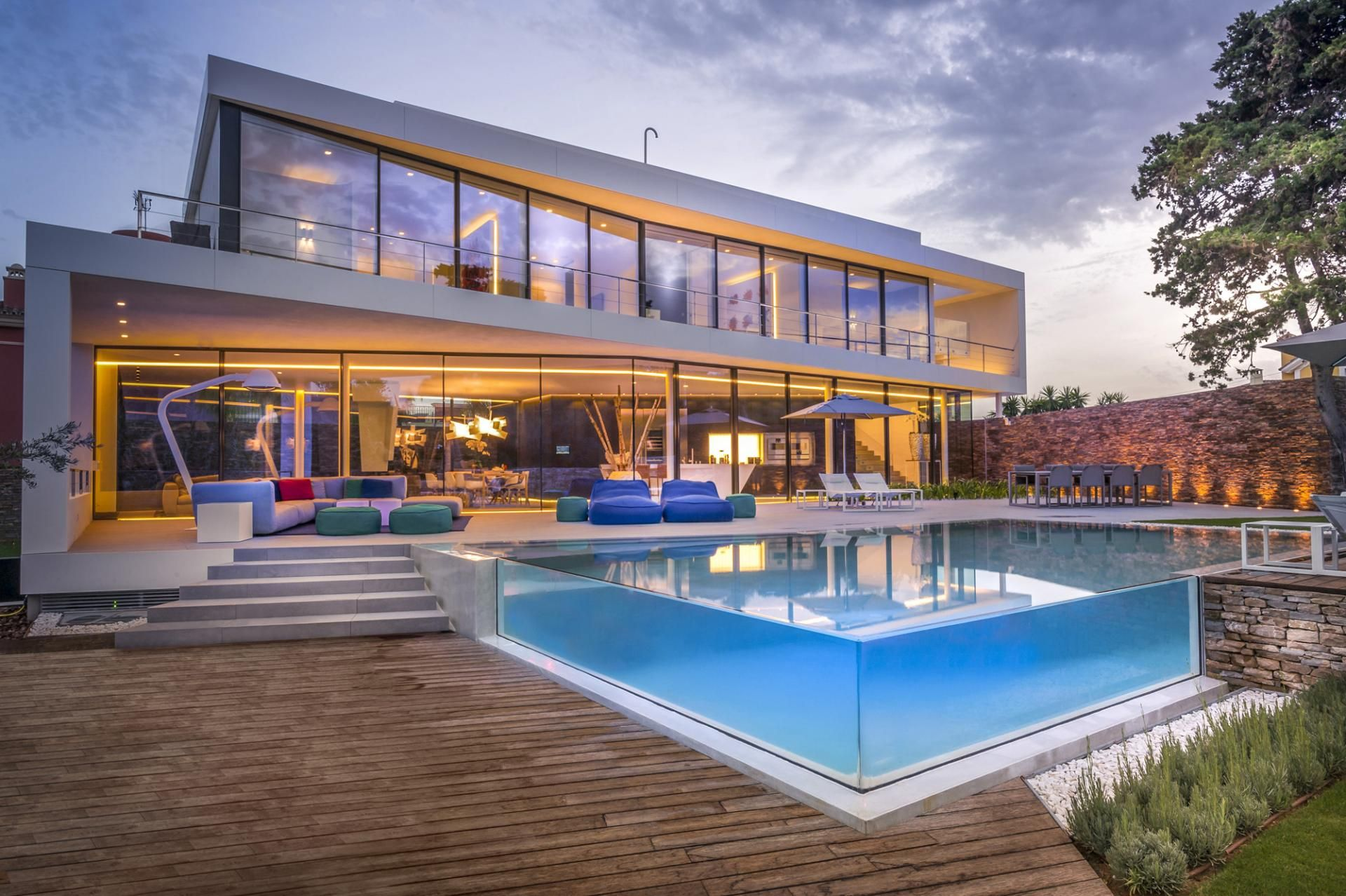 Modern holiday villa with infinity pool real long for Home piscine