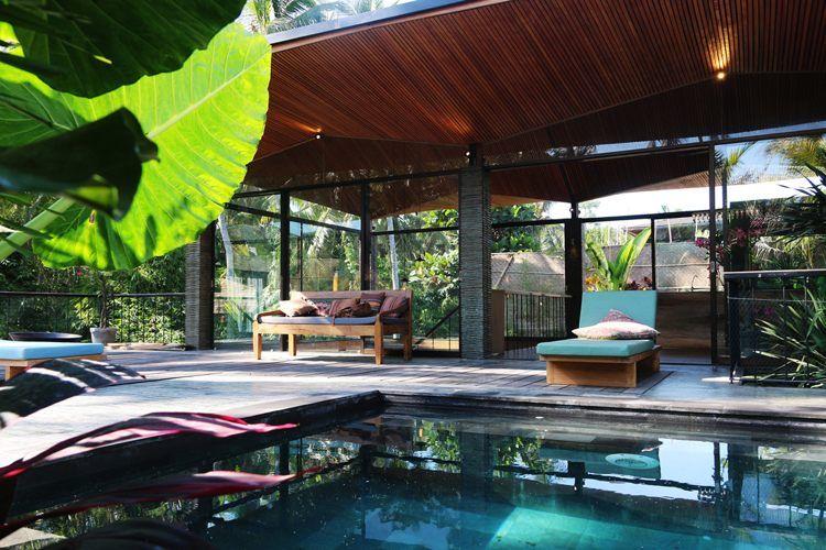 Terrasse bois exotique, piscine de luxe, plafond bois et canapé ...