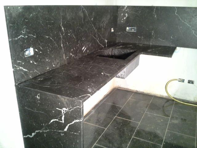 cucina in nero marquinia | Docce in marmo, Piani cucina e Marmi