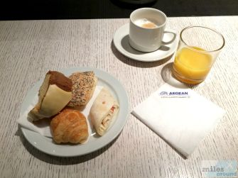 Frühstück in der Lounge - Check more at http://www.miles-around.de/trip-reports/business-class/aegean-airlines-airbus-a321-200-business-class-larnaka-nach-athen/,  #A321-200 #Aegean #AegeanAirlines #AegeanBusinessLounge #Airbus #Airport #ATH #avgeek #Aviation #Flughafen #LCA #Lounge #Trip-Report