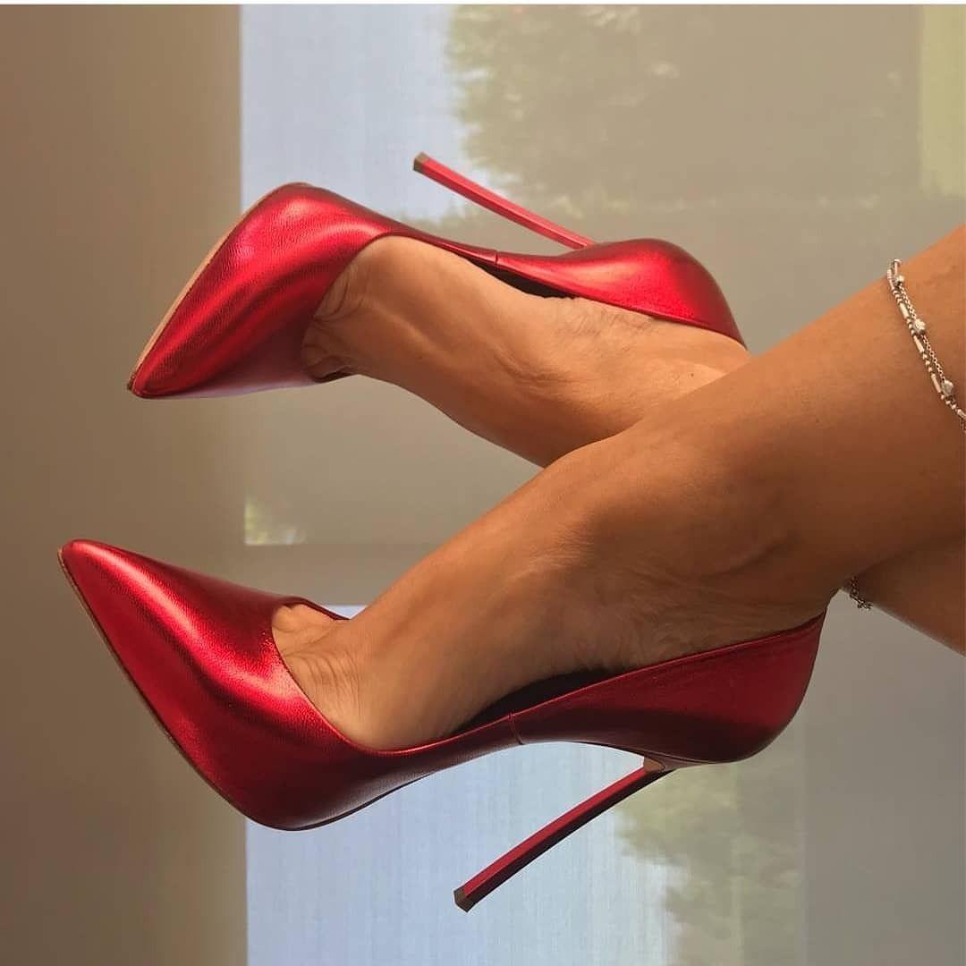 фетиш в красных туфлях