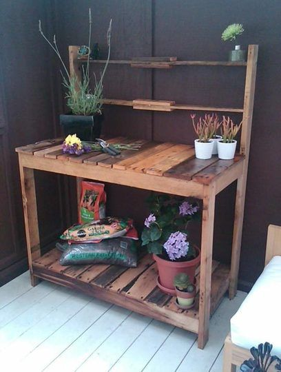 gartenm bel aus europaletten tisch blumenerde ger te garten pinterest blumenerde. Black Bedroom Furniture Sets. Home Design Ideas