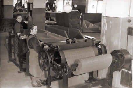 Littoisten Verkatehtaan Pakkaamossa 1940-luvulla.  Verkapolku
