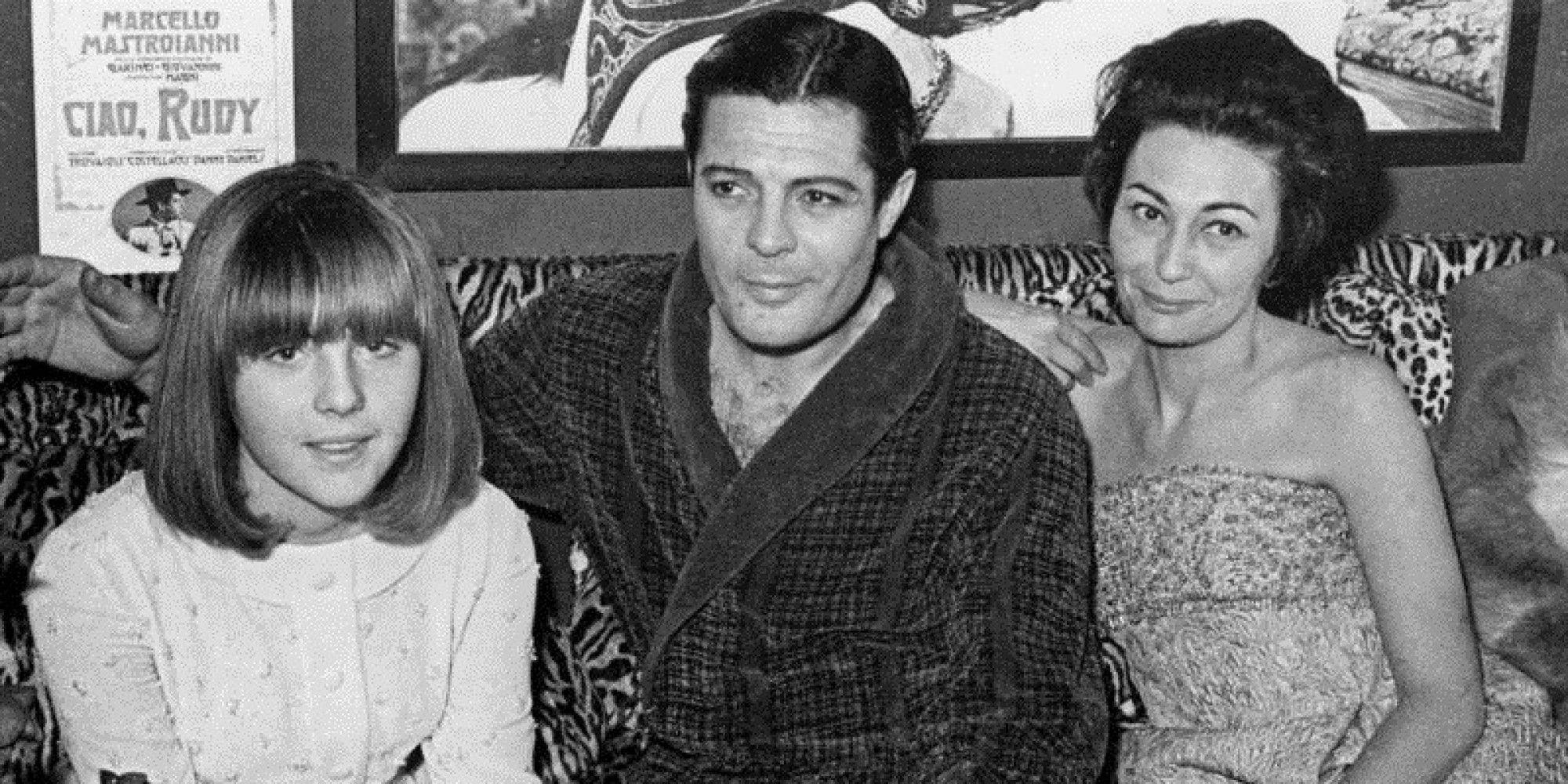 """1966 Roma, Teatro Sistina, Marcello Mastroianni interpreta il musical Ciao Rudy, nella foto con la figlia Barbara Mastroianni, allora sedicenne e la moglie Flora Mastroianni. Proprio Barbara disse del padre: """"""""Mio papà Marcello, uomo ironico e leggero ma mai superficiale""""."""