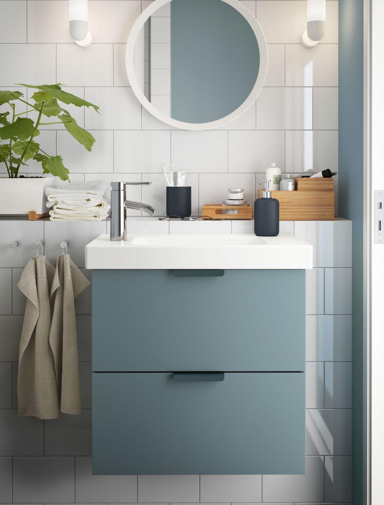 une salle de bains gain de place avec une petite touche. Black Bedroom Furniture Sets. Home Design Ideas