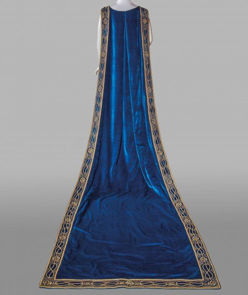 Court mantle, Donna Franca Florio, 1925-30.  Pitti Palace Costume Collection.