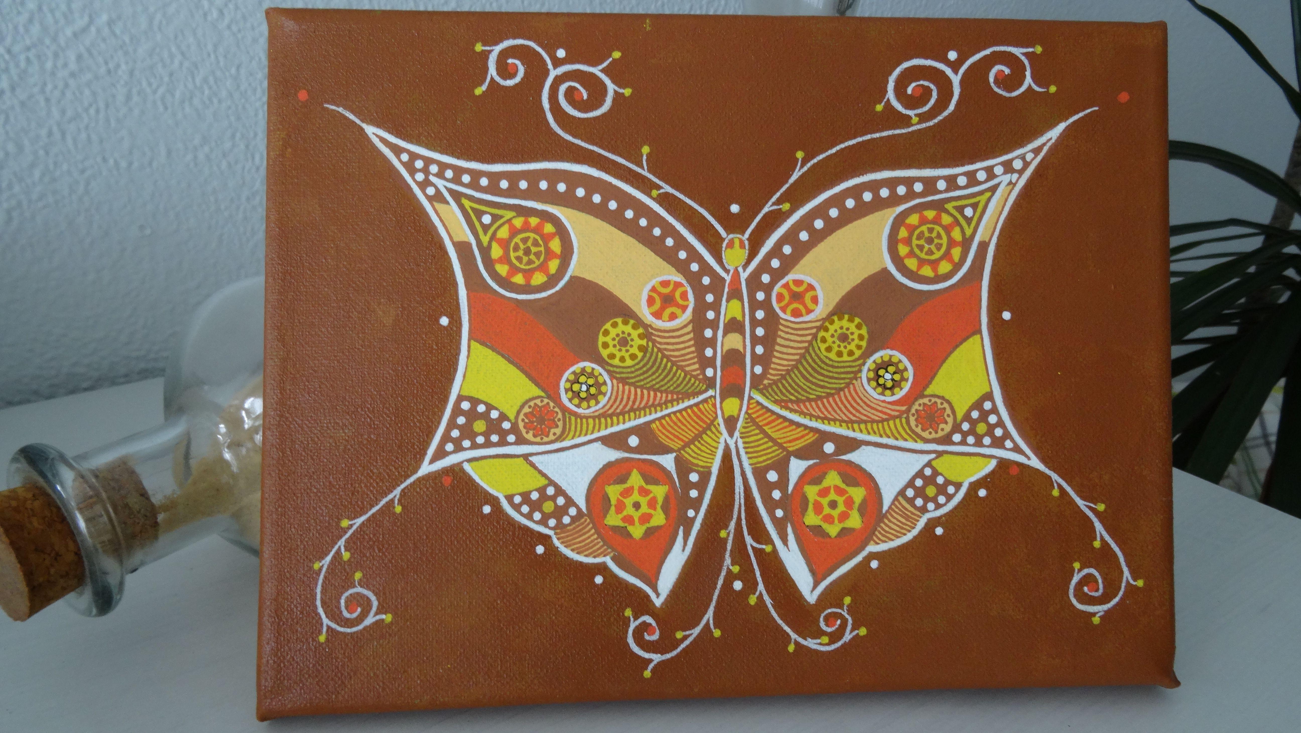 Mariposa mandala pintada a mano alzada con acrilicos