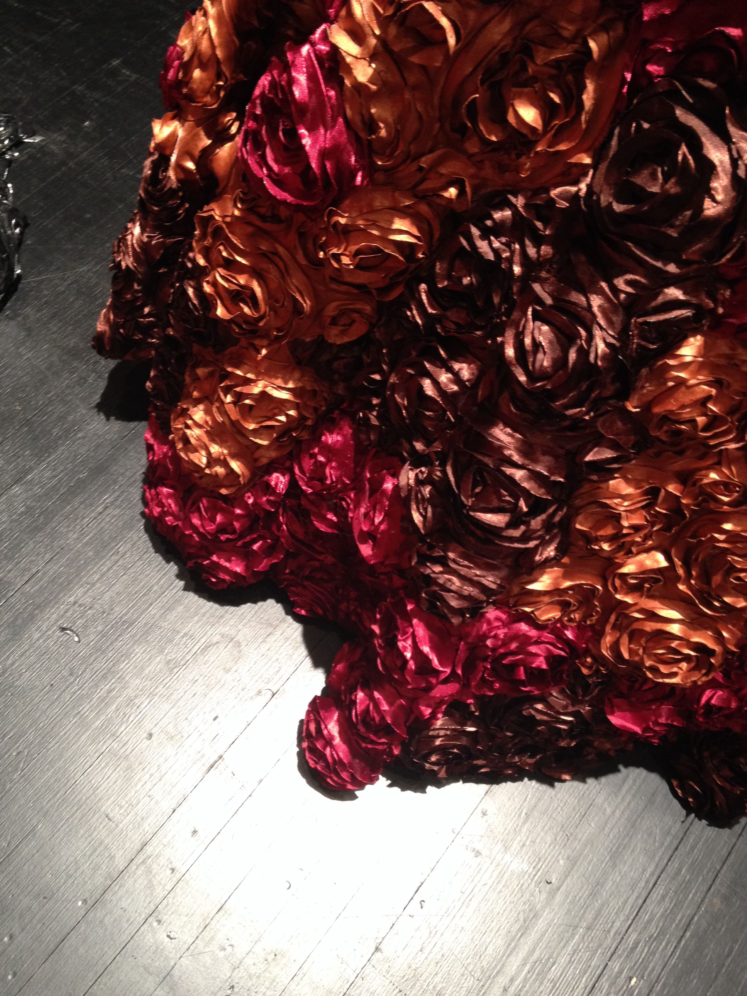 "Zaza.s klänning i musikalen ""La Cage aux Folles"". Kostymdesigner Ina Andersson.  #lacageauxfolles #lacage #musikal #norrbottensteatern #rosor #roses #brons #rött #brunt #design #red #brown #bronze #dress"