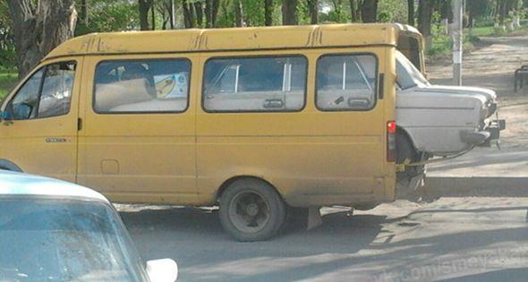 Coche dentro de una furgoneta