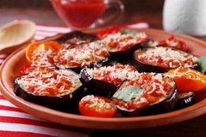 Запеченные баклажаны с помидорами и сыром - Рецепты ...