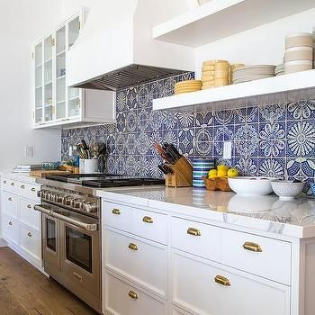 White Kitchen With Blue Mosaic Tiles Ev Icin Dolaplar Mutfak