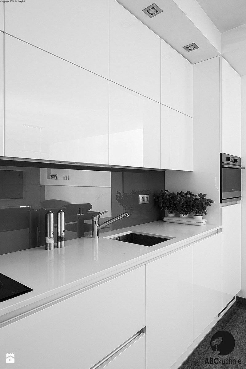 High Gloss White No Handles Gloss Backsplash Under Mount Sink Design Cucine Arredo Interni Cucina Arredamento Moderno Cucina