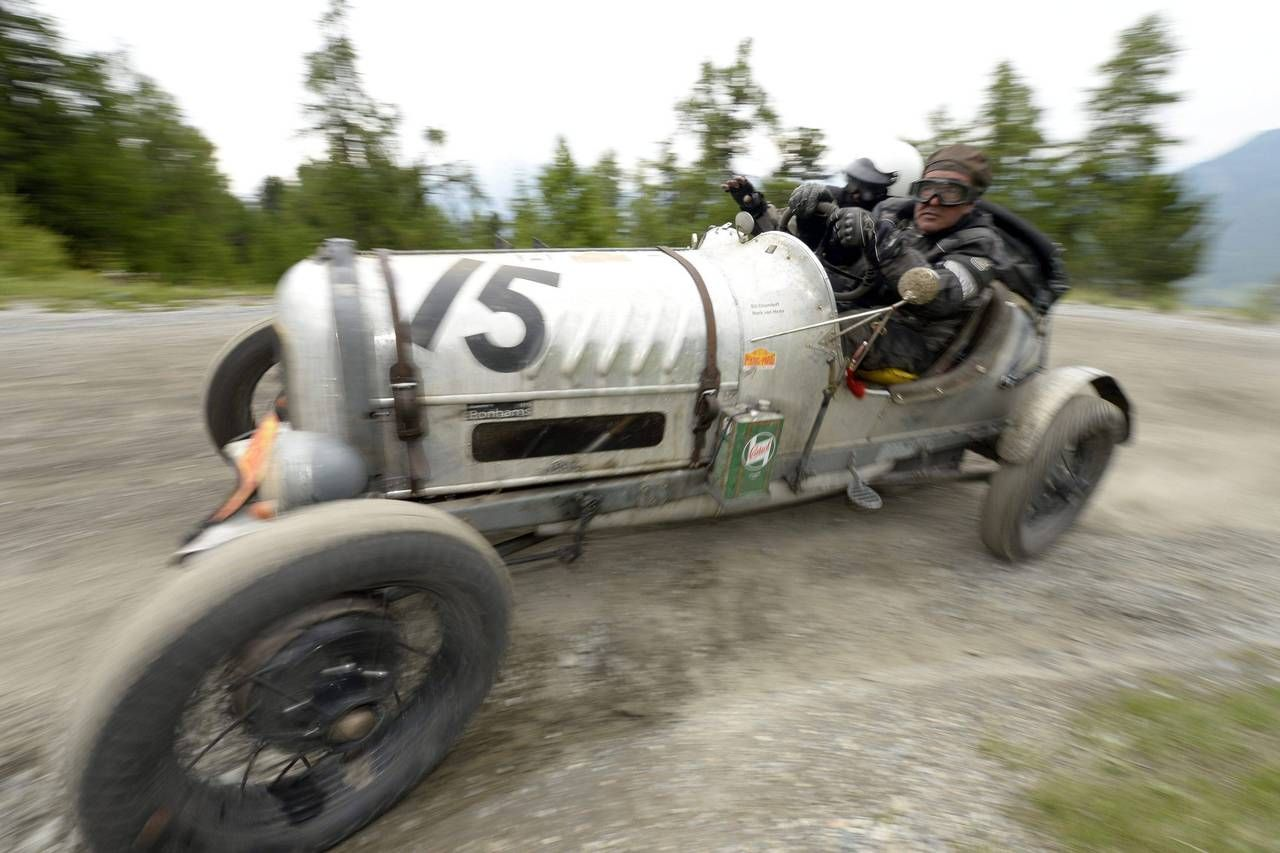 Awesome old race car on a dirt hill climb, locking up drum brakes ...
