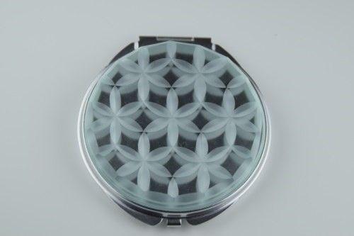 伝統工芸 江戸切子x近未来=めっちゃカッコイイ!!約60mm   両面ミラー 拡大鏡つき江戸切子にSci-Fiテイストを加えたら、新しくてクールなミラーが出来... ハンドメイド、手作り、手仕事品の通販・販売・購入ならCreema。