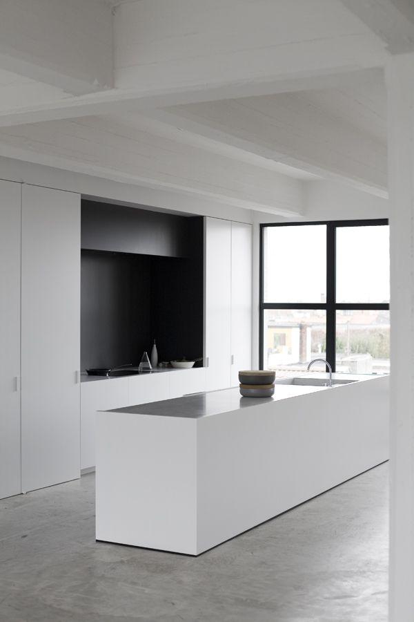 Reforma cocina minimalista en blanco y negro suelo - Cocina suelo negro ...
