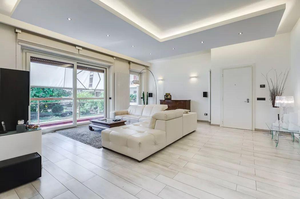 Soffitti In Legno Moderni : Scatti di interni di un soggiorno moderno beige con divano in