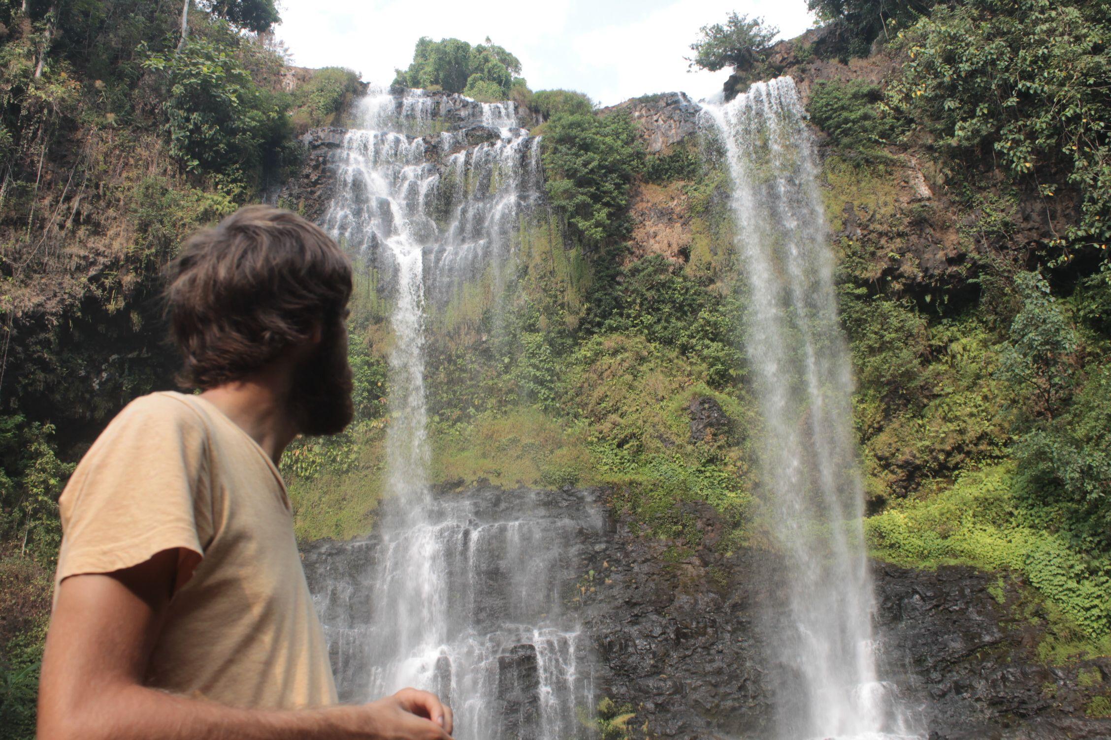 Dani en la impresionante cascada Tad Yuang