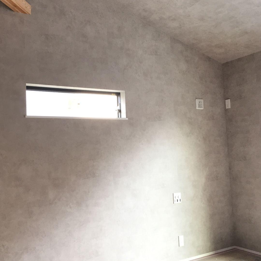 本日待ちに待った見学の日 ついにクロスが貼られていました 写真はストーリーにも載せた2階の主寝室です 斜めの勾配天井になっていて 低いところが2 4m 高いところが3 7mあります クロスは全体をモルタル風のグレーにしました 火打梁をアクセントにして そこ