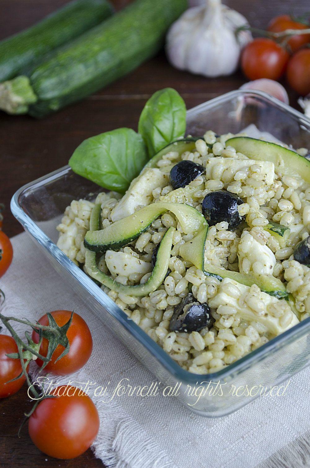 Ricette Orzo Vegetariano.Insalata Di Orzo Fredda Con Zucchine E Mozzarella Pronta In 20 Minuti Ricetta Insalata Di Orzo Cibo Etnico Insalate