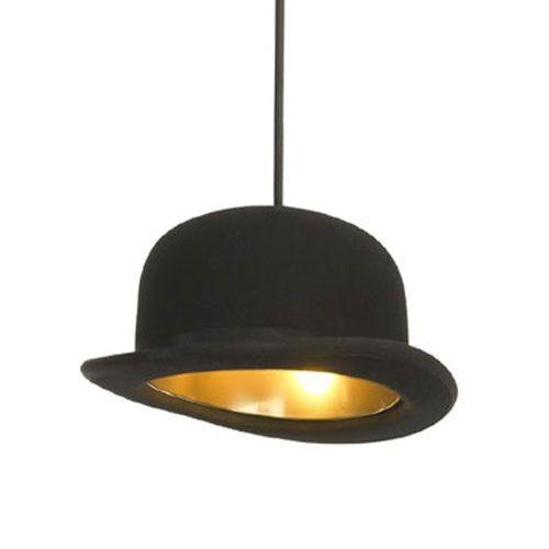Bowlerhatt lampen er designet av Jake Phipps og produseres av Innermost. Navnet på lampen refererer til en britisk komiserie fra 90-tallet.Gullfarget aluminium med svart filt, svart tekstilledning med svart takkopp. Bruker halogenpære G9 max 28,25 x 30 x 13 cm. På lager til omgående levering !!