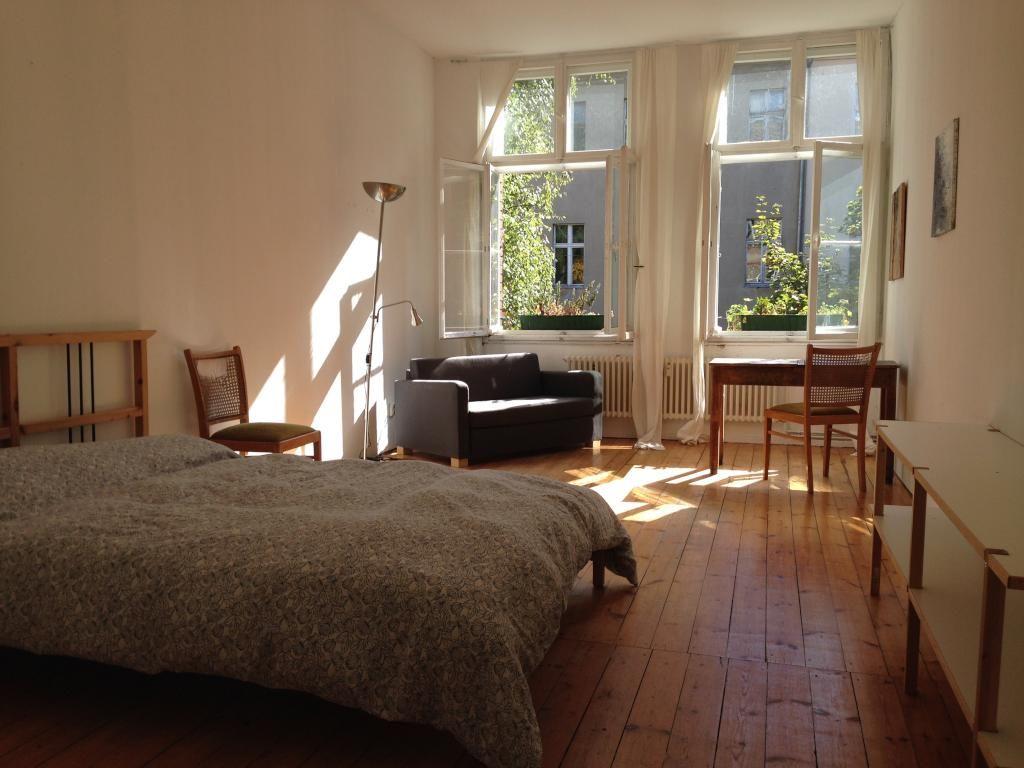 ein tolles berliner wg zimmer der altbaustil harmoniert perfekt mit den einfachen m beln durch. Black Bedroom Furniture Sets. Home Design Ideas