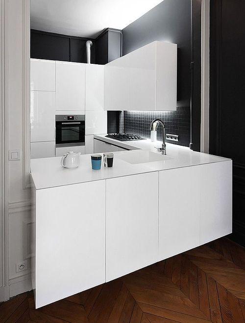 reforma cocina pequeña abierta con muebles lacados en blanco y ...