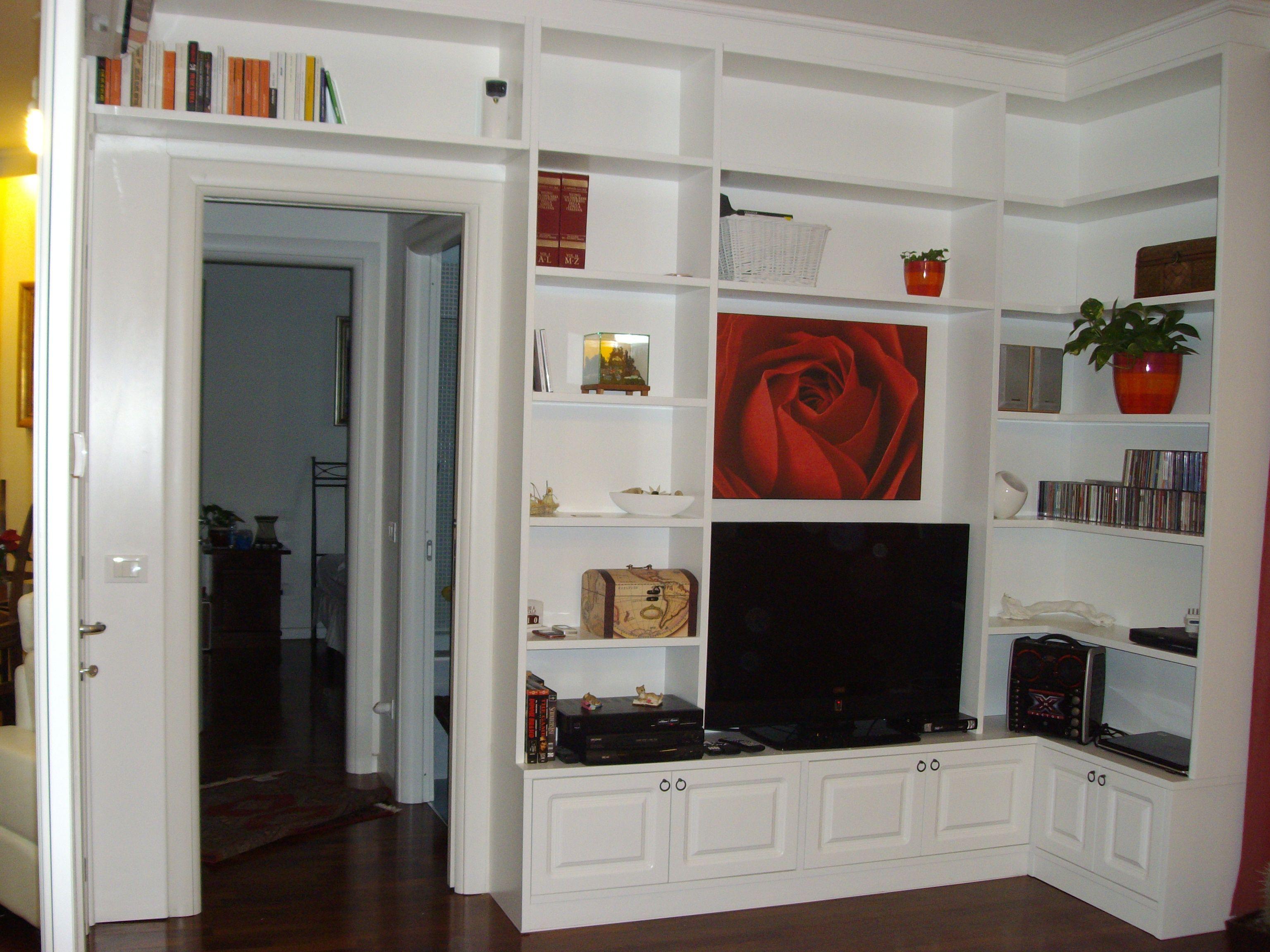 libreria in legno laccata ad angolo con televisore e quadro ...