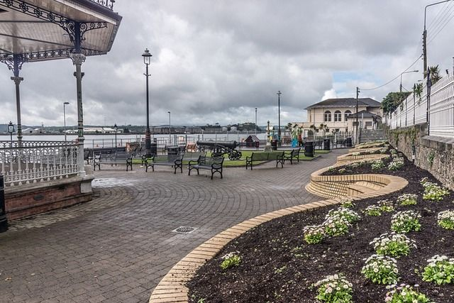 When I visited Cobh in 2005 the railings to John F. Kennedy Park (known locally as The Promenade) in Cobh showed the result of years of neglect