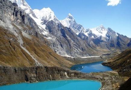 Una cadena de lagunas en Huayhuash, Ancash, Perú.