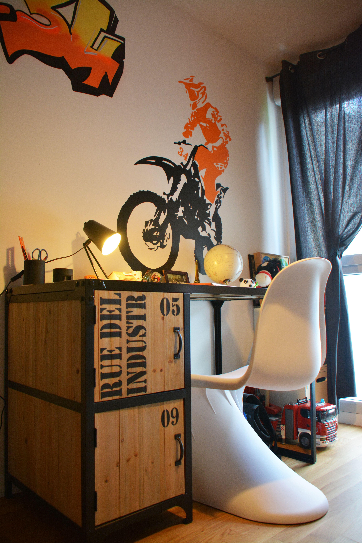 Chambre de garçon sur le thème motocross avec un bureau industriel ...
