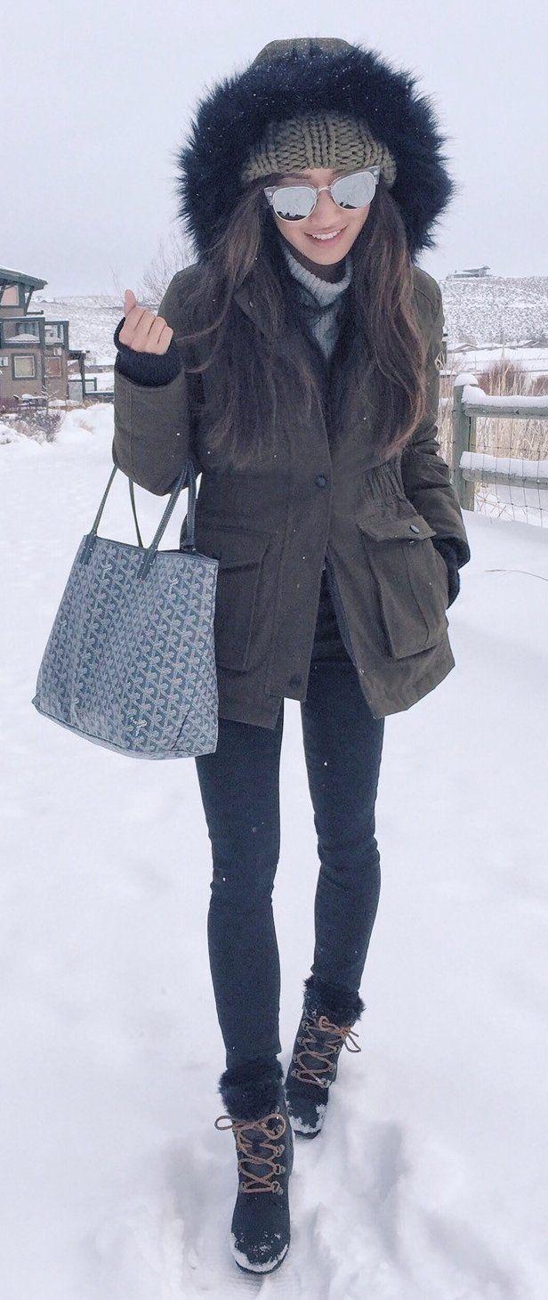 Dark Coat / Black Skinny Jeans/ Grey Printed Tote Bag / Snow Boots