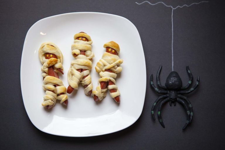 Mummy Hotdogs #mummyhotdogscrescentrolls Mummies and Halloween go hand in hand. These Mummy Hotdogs are certain to put a smile on your kid's face and a yummy dinner in their tummy! #HalloweenSnacks #MummyHotDogs #mummyhotdogscrescentrolls