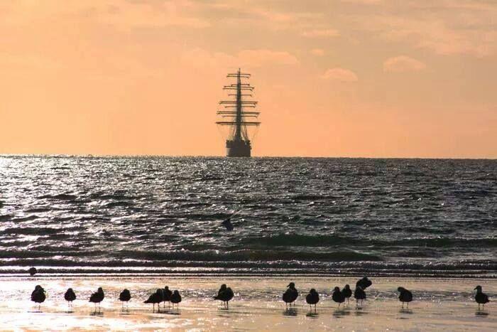 Postal de la Fragata Libertad al atardecer en Puerto Madryn.