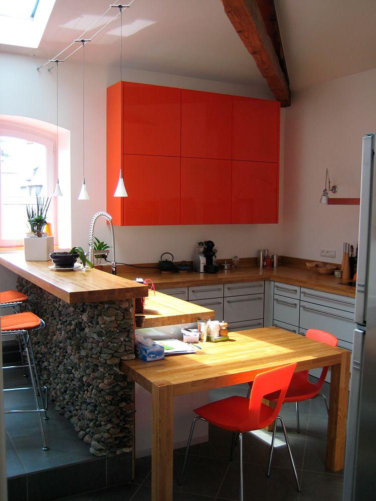 Cuisine colorée et punchy avec plans de travail de travail et bar en - Table De Cuisine Avec Plan De Travail