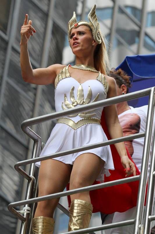 7f410f896e2e Carolina Dieckmann, fantasiada de She-Ra, rouba a cena no bloco de Preta Gil