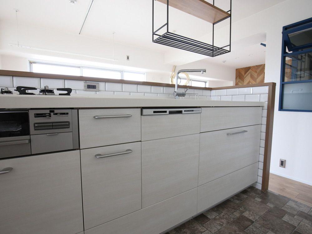 Lixilのシエラ Shiera I型 Swkjkh 扉のカラーはウッドカラーのi31t クリエアイボリー システムキッチン キッチンデザイン リビング キッチン
