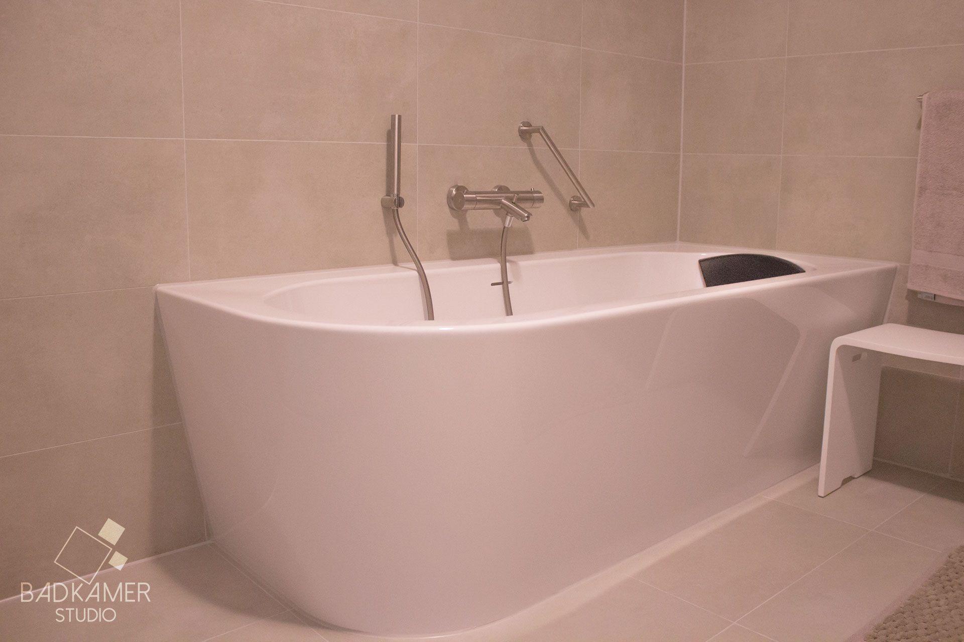 Modern/landelijke badkamer met acryl ligbad en warm off white wand ...