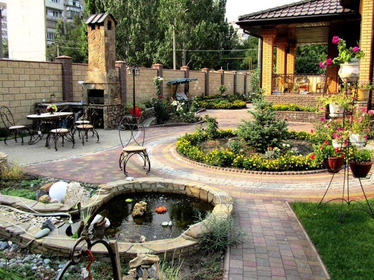 traumhafter Garten mit Teich und Outdoor Küche im mediterranen Stil - garten selbst gestalten tipps