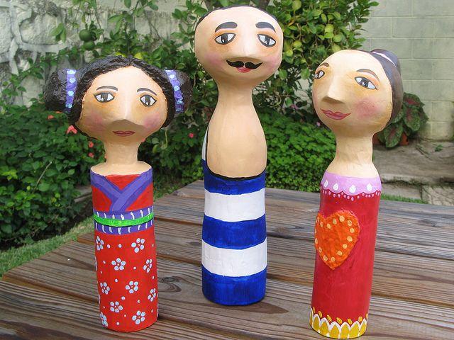 Las señoritas y el bañista, en papel maché sobre botella plástica, por María Tenorio