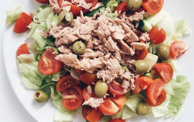 TUN- & TOMATSALAT: Læg en bund af iceberg salat og agurketern, udskær søde/modne tomater og hæld lidt hvidvinseddike henover (valgfrit!). Tilsæt gode, økologiske oliven og dåsetun i vand.  TUN- & FETASALAT: Læg en bund af iceberg salat og agurketern og hæld lidt hvidvinseddike henover (valgfrit!). Panderist Taverna feta med koldpresset kokosolie og krydderier, der udskåret i tern – kan købes i de fleste supermarkeder. Tilsæt gode, økologiske oliven og dåsetun i vand.