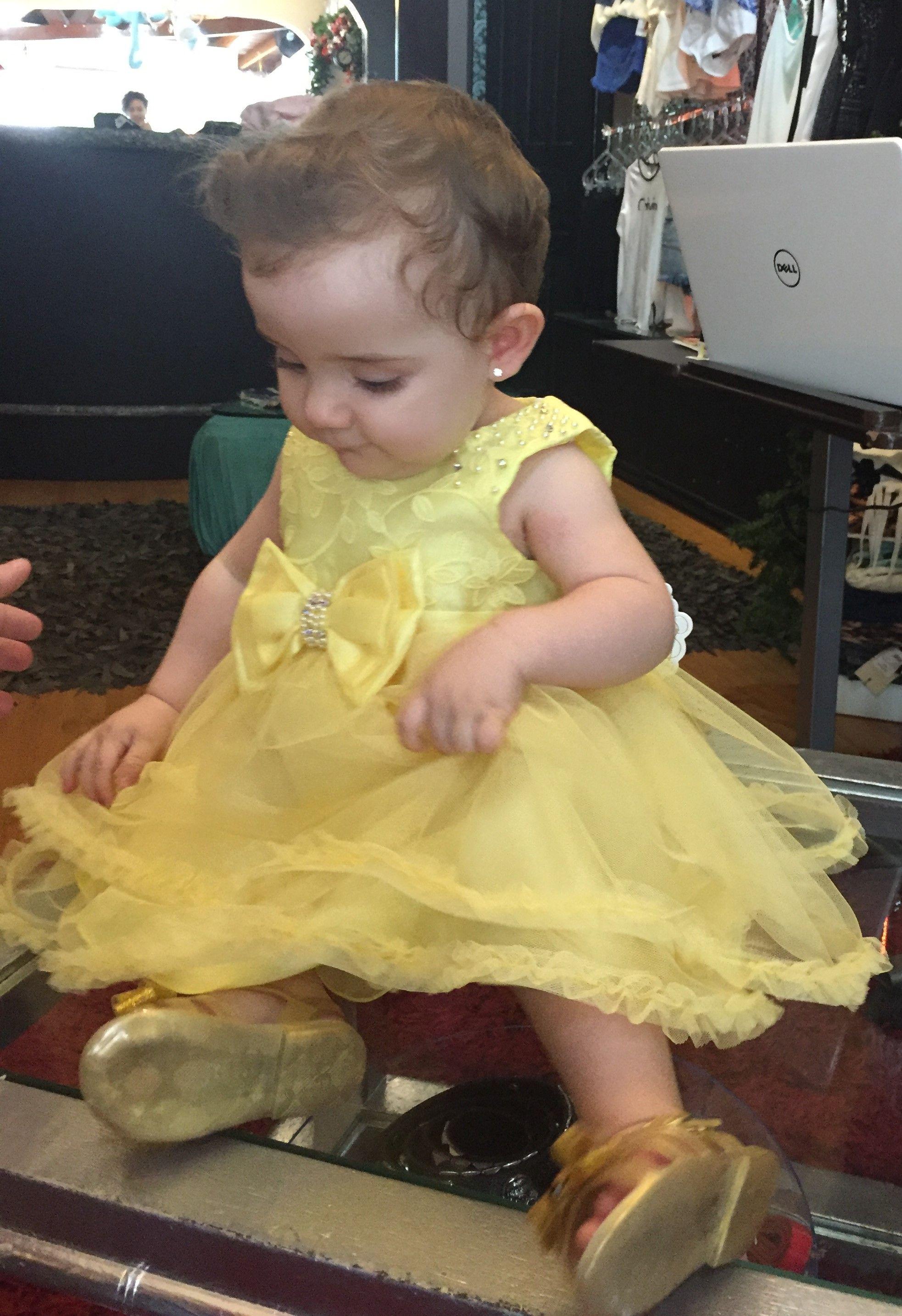 ae84a1cac Vestido Bebe Petit Cherie em Tule Amarelo. Blusa coberta em organza bordada  no próprio tom