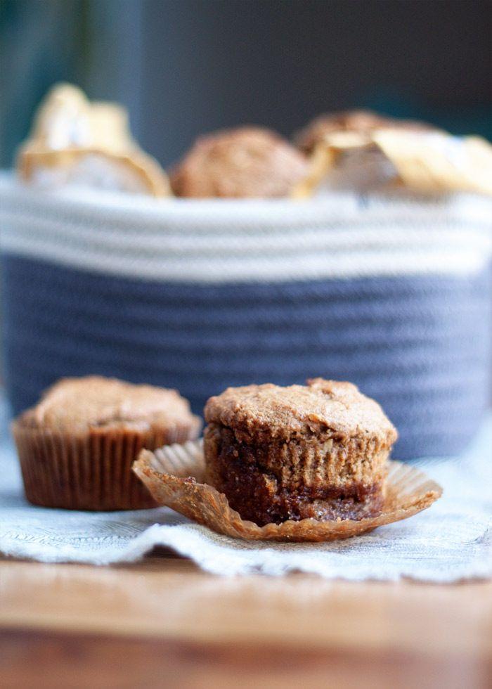 Brown-Zucker-Bananen-Muffins - Beste Bananen-Muffin-Rezept überhaupt!  Voller Bananengeschmack, eine braune Zuckerwelligkeit, die durch die Mitte läuft, und so super feucht du würdest nie wissen, dass sie vegan sind.