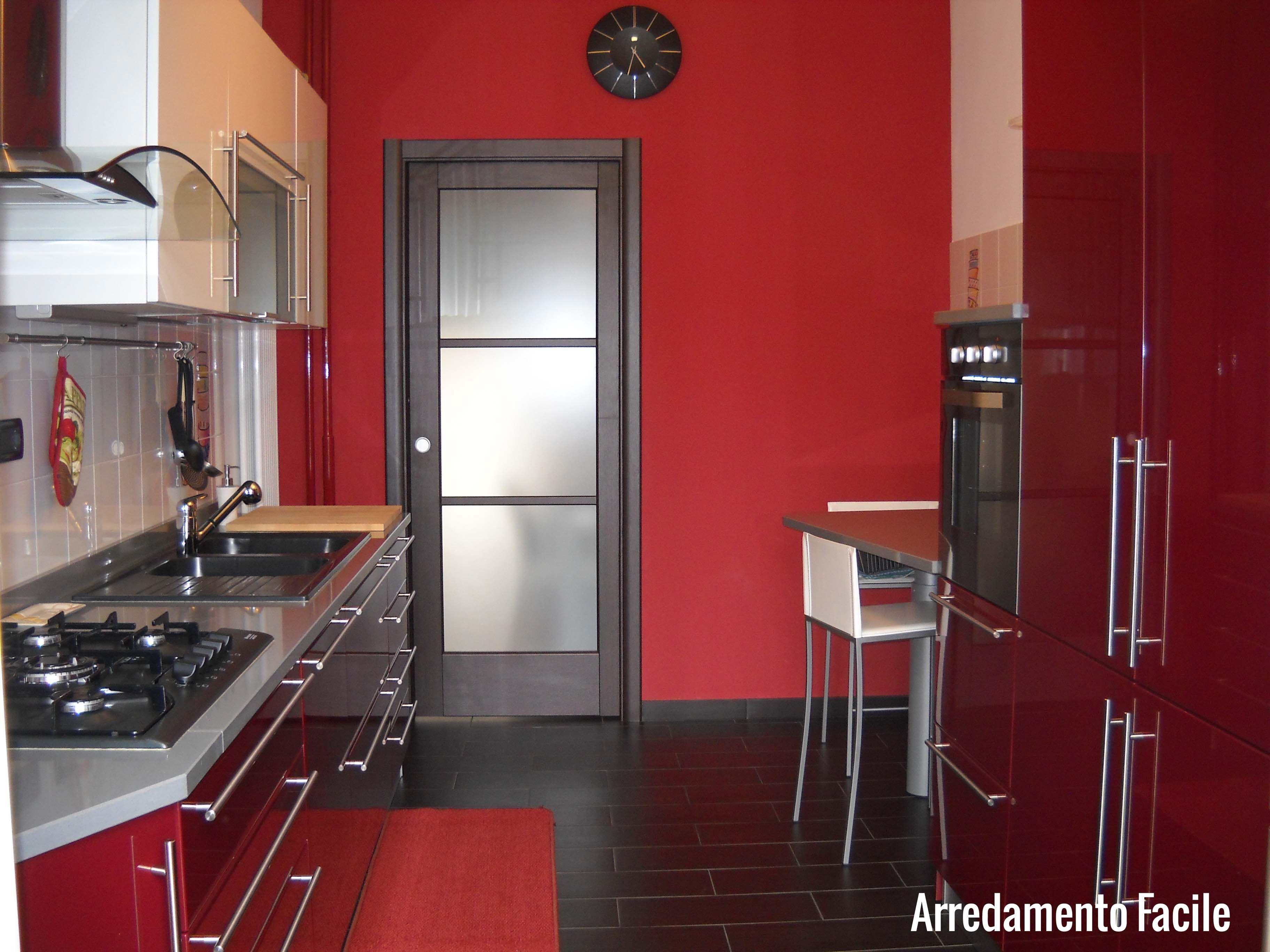 Cucina bordeaux e bianca interno di casa smepool.com