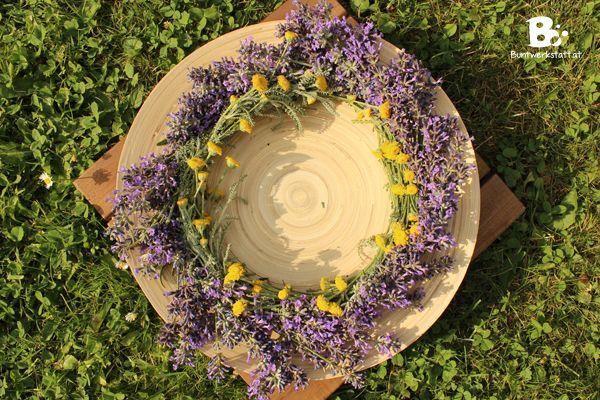 Mein Lavendel verblüht jetzt leider langsam, aber ich wollte noch schnell einen Lavendel Kranz binden. Der Rest darf jetzt noch für die vielen Bienen stehen bleiben, die den Lavendel besonders gerne mögen. Lavendel gehört zu meinen liebsten Blumen im Garten. Gerade auch, weil er sich so schön trocknen lässt. Ich binde jedes Jahr kleine Sträußchen die dann das ganze Jahr im Haus hängen bleiben. So geht's: Für einen Lavendel Kranz braucht man einen Ring aus Holz, Draht, Stroh (hier…