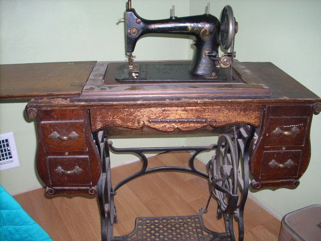 sewing machine, old sewing machine, antique needlework tools - Google Image Result For Http://0.tqn.com/w/experts/Collectibles