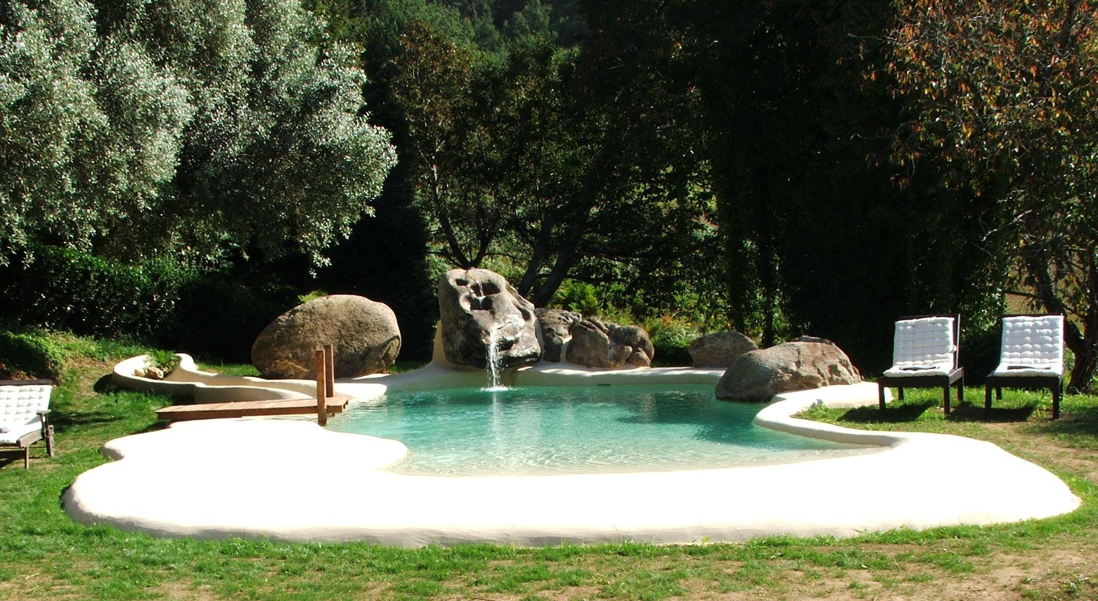 Perfecta integración con el entorno de esta piscina de arena ...
