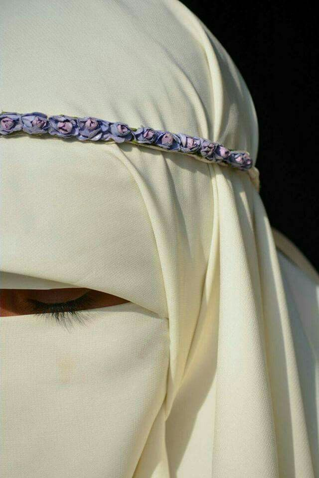 This Woman Added A Flower Crown To Her Niqab To Express Her Personality And Individuality Niqab Stylish Hijab Niqab Fashion